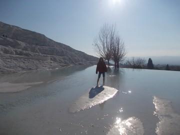 Hófehér mészkőmedencék Pamukkaléban
